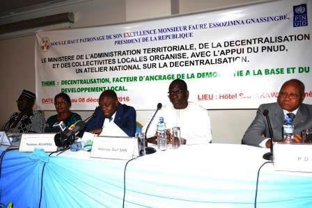 DES ACTEURS NATIONAUX REFLECHISSENT SUR LE PROCESSUS DE LA DECENTRALISATION